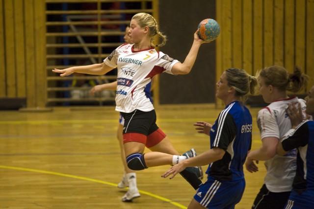 Levangers Hege Løke fintet seg gjennom Byåsens forsvar og kunne enkelt sette inn Levangers fjerde mål for kampen.