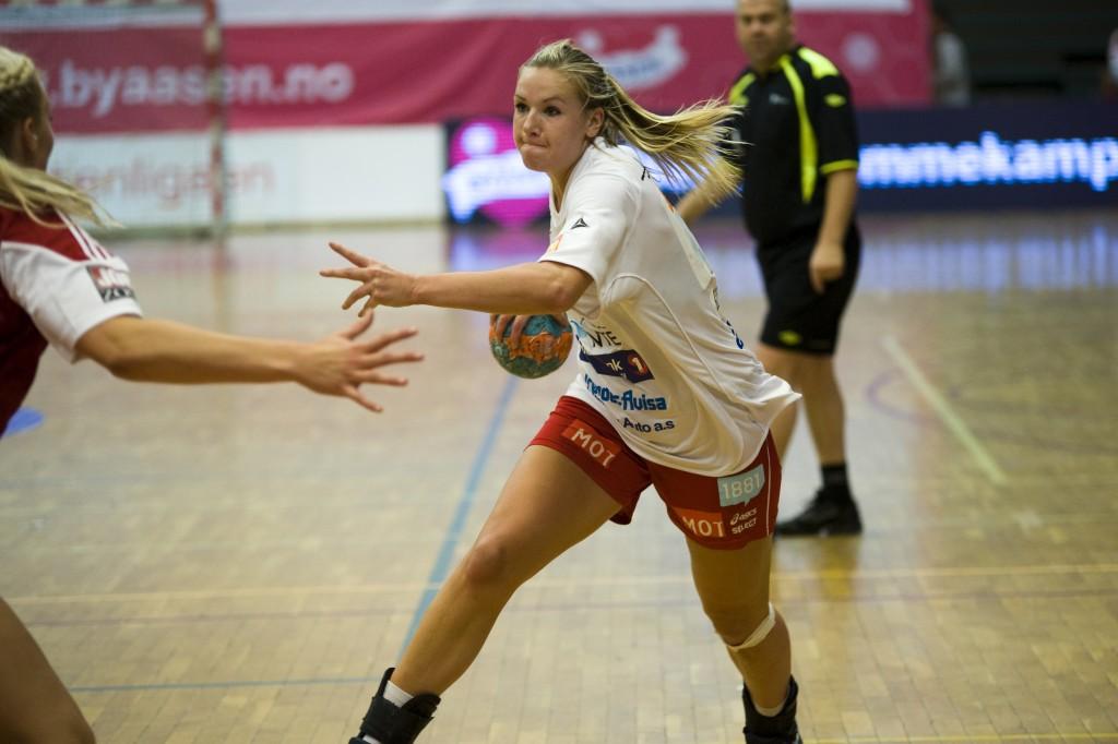 Mari Molid møtte igjen gamle lagspillere etter overgangen til Levanger. Foto: Håvard Loeng