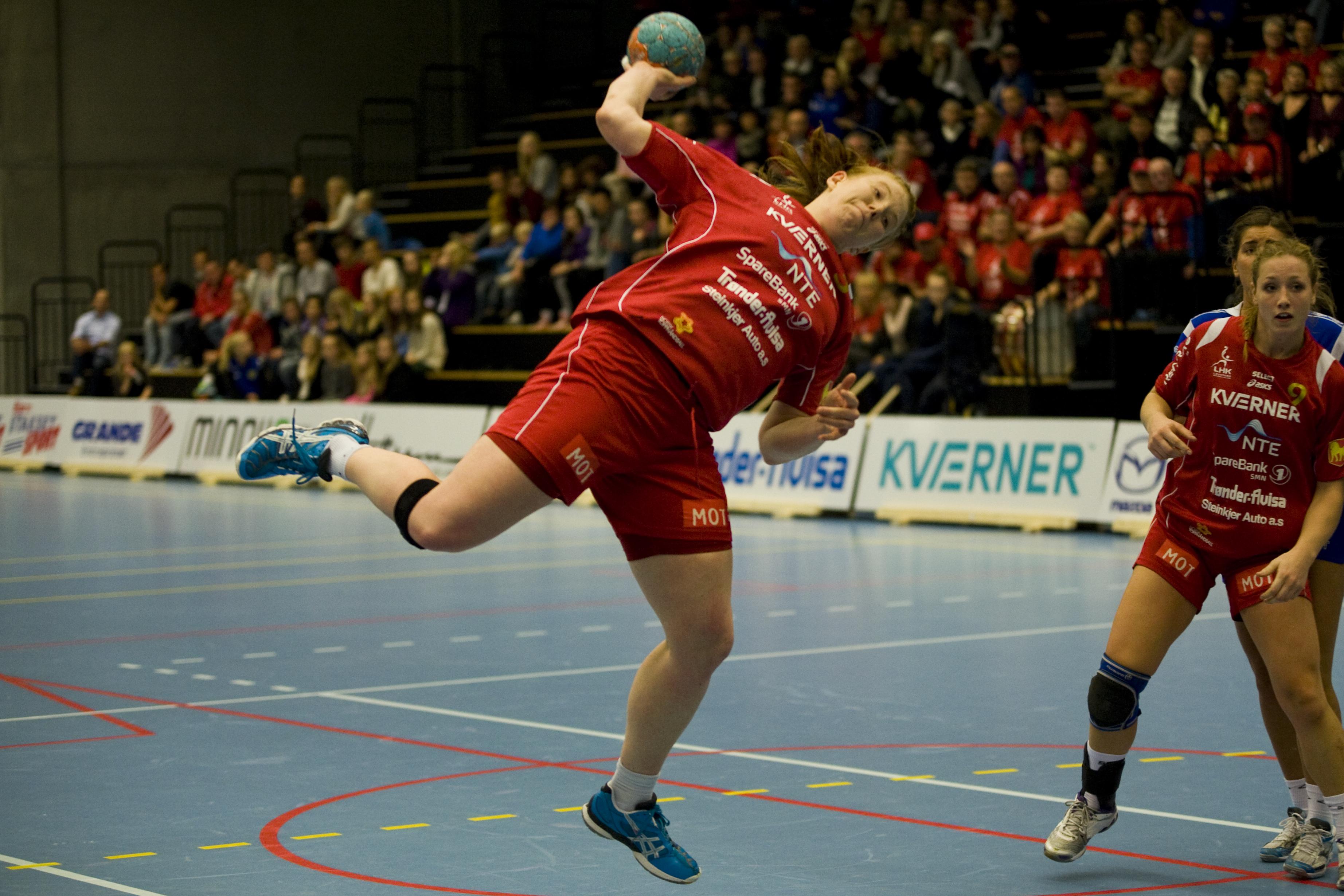 Levangers Nina Bjørk Arnfinnsdottir hadde en stri kamp med forsvaret til Tertnes. Foto: Håvard Loeng
