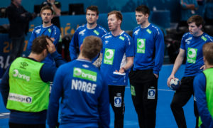 Børge Lund terper forsvar med håndballgutta | Foto: Bjørn Kenneth Muggerud