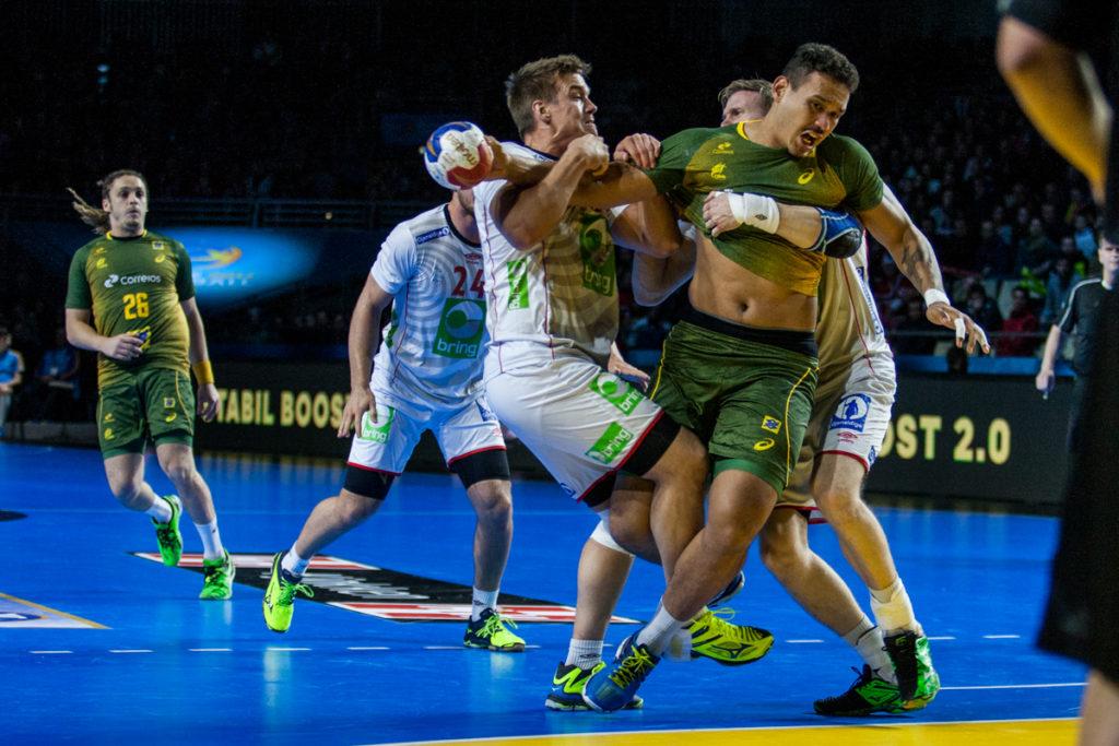 Espen Lie Hansen og det norske laget stoppe Brasil med alle midler for å vinne kampen om andreplassen | Foto: Bjørn Kenneth Muggerud