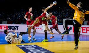 I denne situasjonen blir Bjarte Myrhol tatt så hardt at det resulterer i et rødt kort for Ludovic Fabregas | Foto: Bjørn Kenneth Muggerud