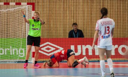 Stine Bredal Oftedal med store smerter i foten etter å skadet seg i kvalifiseringskampen mot Kroatia. | Foto: Bjørn Kenneth Muggerud