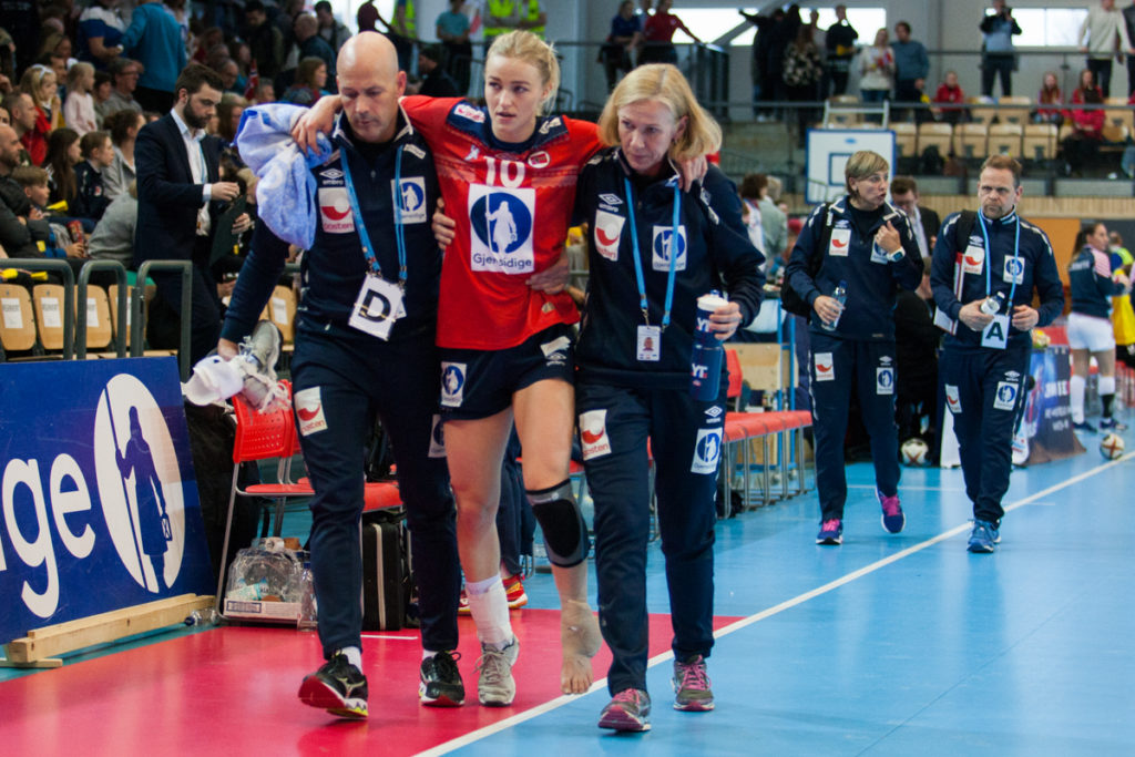 Stine Bredal oftedal ble hjulpet ut i garderoben i pausen i kampen mellom Norge og Kroatia i Nadderud Arena. | Foto: Bjørn Kenneth Muggerud